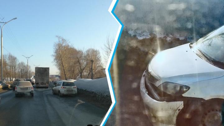 На Бердском шоссе Mazda столкнулась с грузовиком: в сторону Академгородка собралась пробка