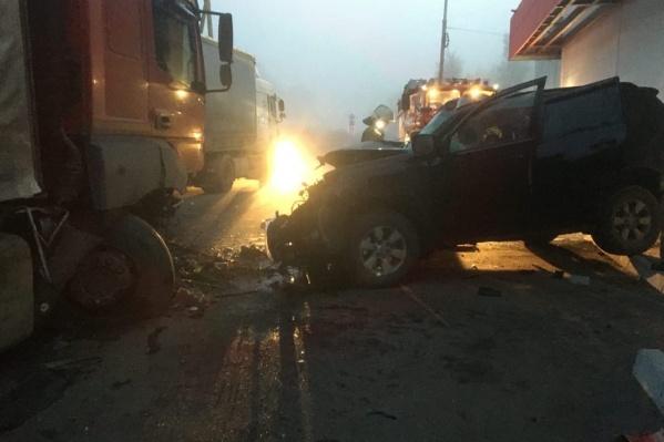 Иномарка въехала в грузовик рано утром 25 сентября