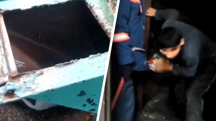 Новосибирец залез в мусоропровод за упавшим паспортом — на помощь мужчине пришли спасатели