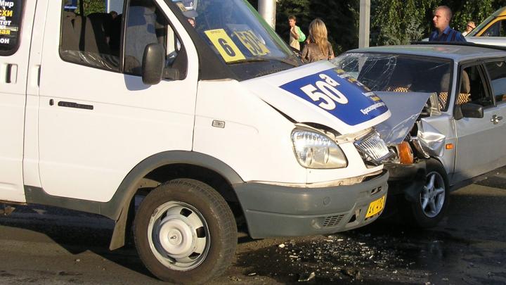 В центре Волгограда в час пик столкнулись маршрутка и внедорожник