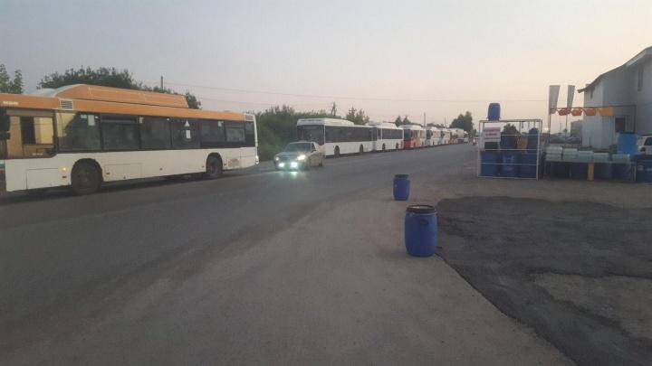 Водители пермских автобусов, работающих на метане, вынуждены стоять в пробке на заправке — на город их всего четыре