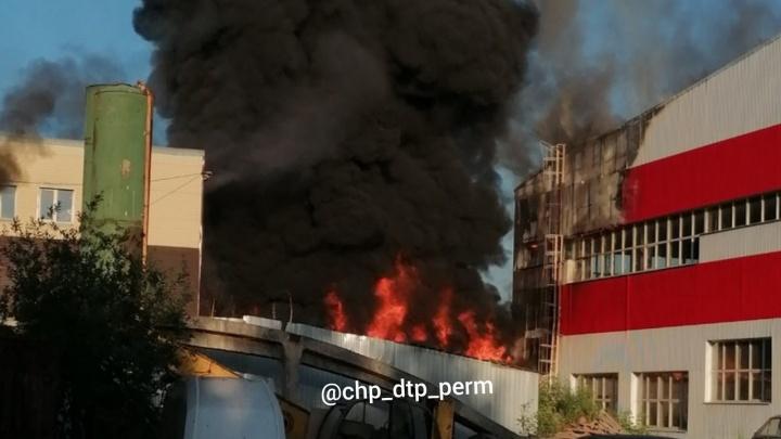 В Перми при пожаре в ангаре на улице Промышленной погиб человек