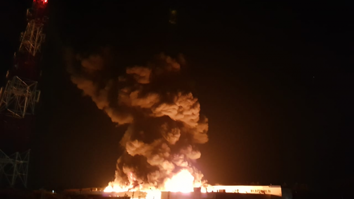 Для тушения сильного пожара на ОбьГЭСе привлекли дополнительную технику и пожарный поезд