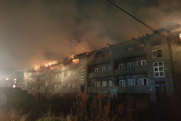 Здание охвачено огнем