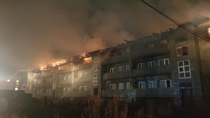 В селе Иглино в Башкирии горит трехэтажный дом