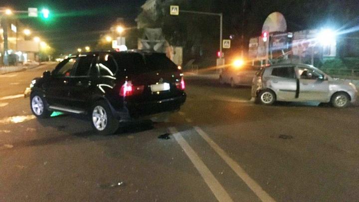 Чёрный внедорожник BMW X5 протаранил маленькую легковушку KIA