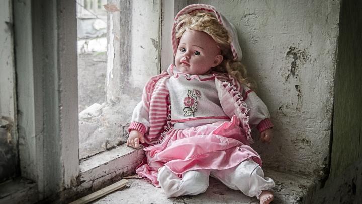 Из советского прошлого и покрытые пылью: 15 фото осиротевших игрушек в заброшенных домах Тюмени