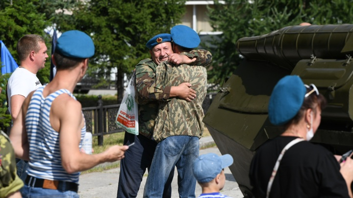 В Екатеринбурге десантники устроили шествие в честь Дня ВДВ, но забыли про маски и дистанцию