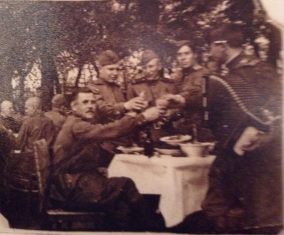 Василий Рыжков с сослуживцами празднуют Победу. 9 мая 1945 года