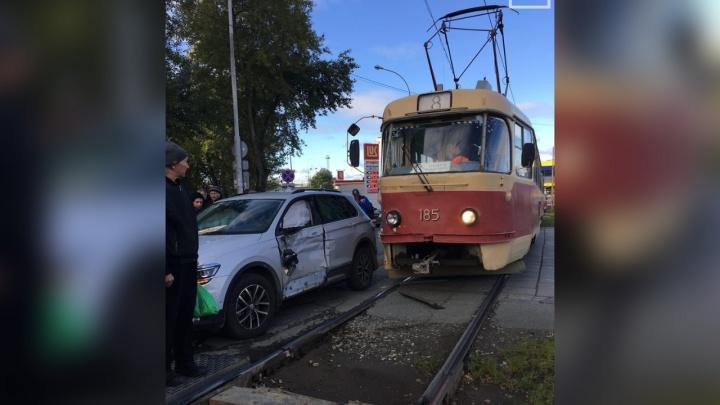В Пионерском нарушитель на Volkswagen получил мощный удар от трамвая: видео из кабины