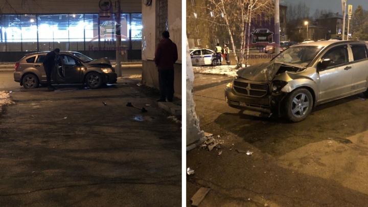 «Испугался!»: пьяный водитель врезался в стену дома после приказа ДПС об остановке