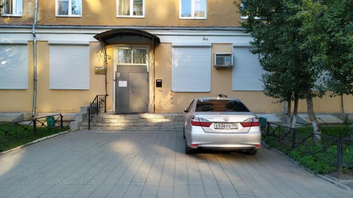 «Я паркуюсь как...»: автомобиль депутата на тротуаре и машины против пешеходов