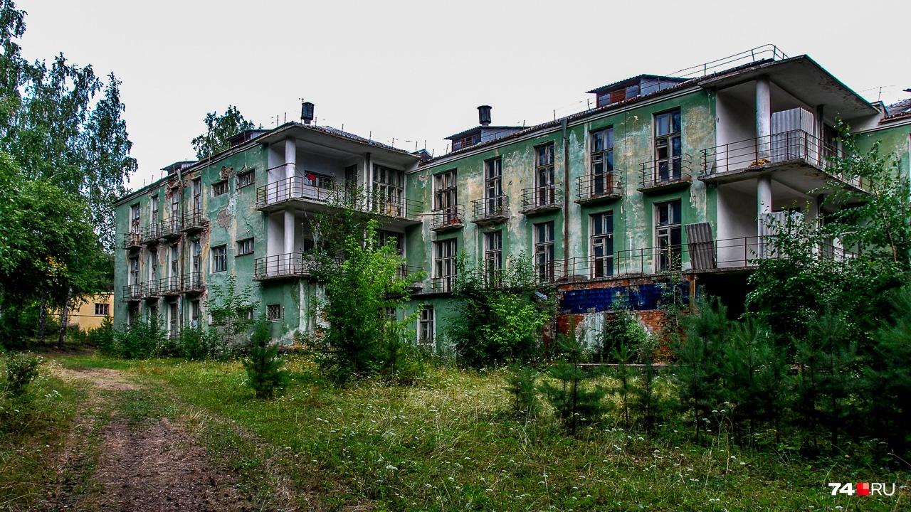 Трёхсекционное здание 1935 года постройки сначала было санаторием НКВД, в годы войны — госпиталем, а после — жилым корпусом «Лаборатории Б»: секретного объекта и предтечи Снежинска, где осужденные учёные и пленные немцы изучали воздействие радиации на живые организмы