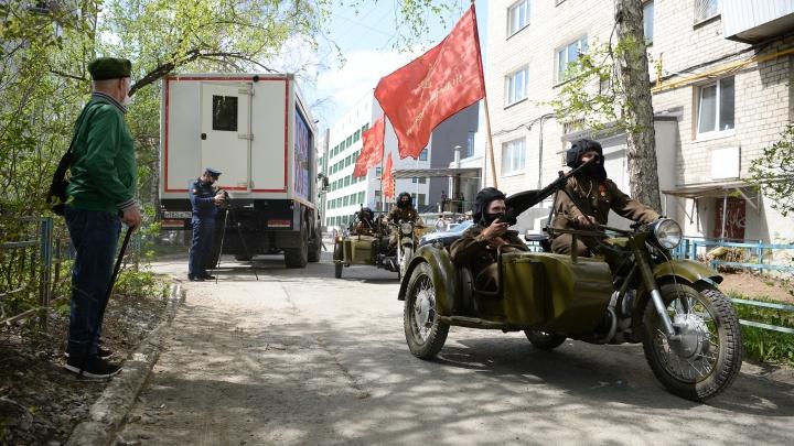 В Екатеринбурге для фронтовика устроили парад боевой техники во дворе дома: трогательное видео