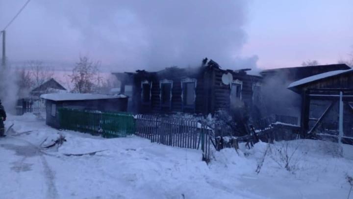 В Кузбассе при пожаре в частном доме погибла семья с детьми