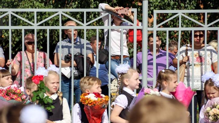 Маски на линейках и родители за забором: как проходит 1 Сентября в Нижнем Новгороде