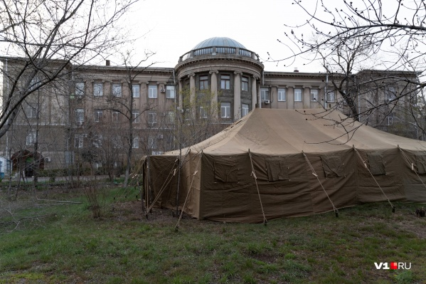 Для распределения пациентов рядом со всеми больницами развернут палаточные лагеря