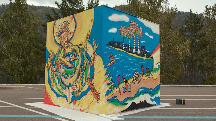 «Буду менять нимбы»: дивногорцы требуют закрасить граффити с набережной из-за сходства с иконой