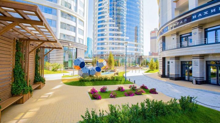 В новом ЖК в центре города осталось всего 2 квартиры: смотрите, как там выглядят подъезды и двор