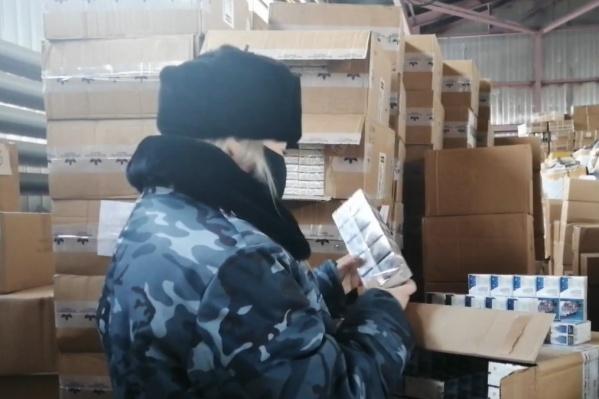 В коробках были блоки сигарет разных марок
