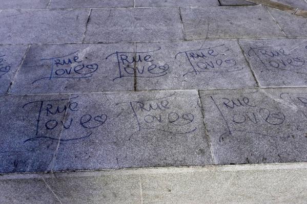 Гранитные плиты теперь «украшают» вот такие надписи