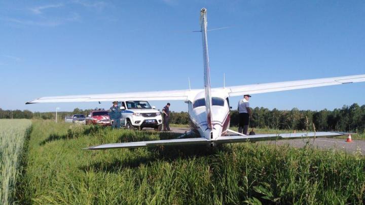В Ермаковском районе самолет экстренно сел на автодорогу