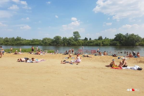 Пляж «Бабьи пески» пока не открыт, но отдыхающие облюбовали его ещё с конца мая