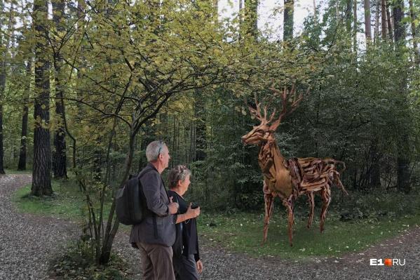 Один из вариантов арт-объекта, который может появиться в лесопарке, — олень из корней деревьев