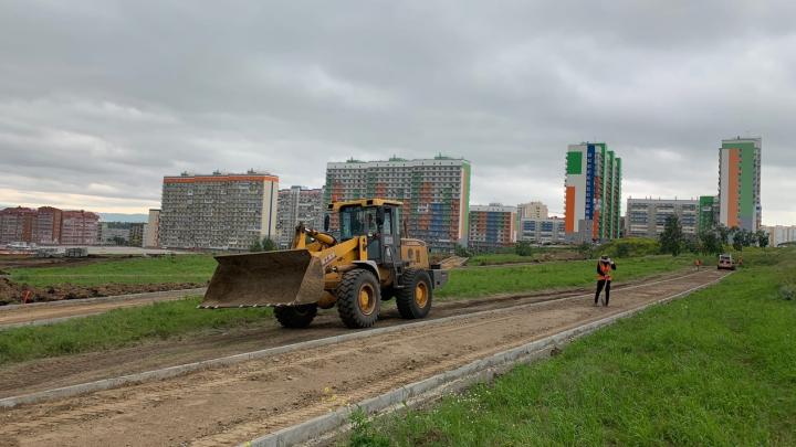 Кафе, беседки и велодорожки: в Солнечном рабочие начали строительство «путинского» парка