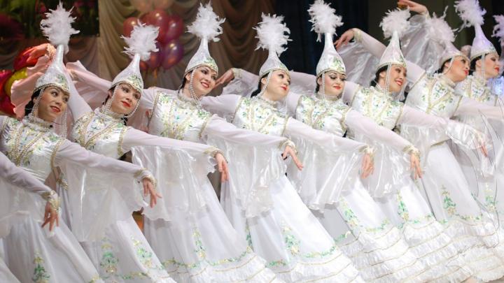 Танцы в полях и пируэты в халате: артисты ансамбля «Мирас» показали, чем занимаются на самоизоляции
