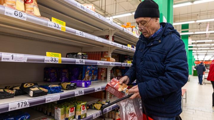 Кто сметает продукты с прилавков — репортаж из супермаркетов Новосибирска (еды хватит на всех)