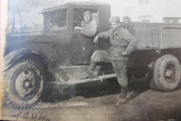 Герой войны Иван Бойченко (на фото он стоит у машины) сфотографировался в 1944 году, во время освобождения Красной армией Белоруссии