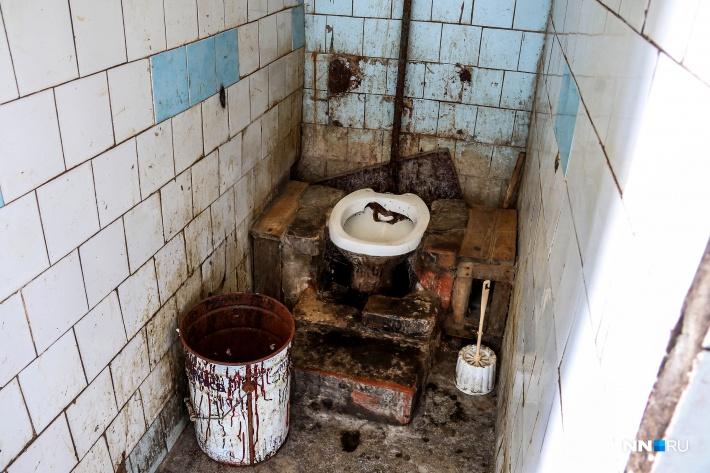 Единственный туалет жителей — два унитаза, отделенные друг от друга стенкой