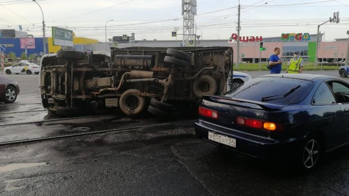 Летел на светофоре: смертельное столкновение двух автомобилей возле «Меги» попало на видео