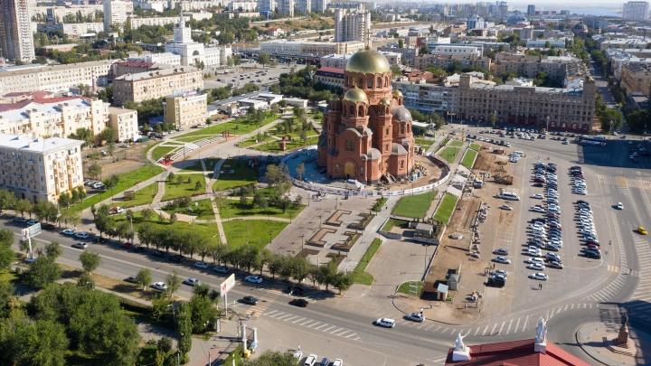 «Для верующих и атеистов»: в Волгограде открыли сквер в затрибунной части площади Павших Борцов