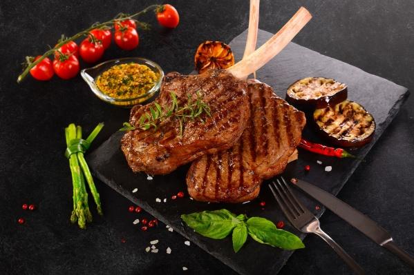 Стейк «Томагавк» на косточке имеет насыщенный аромат и превосходную текстуру и считается одним из самых нежных и сочных стейков.