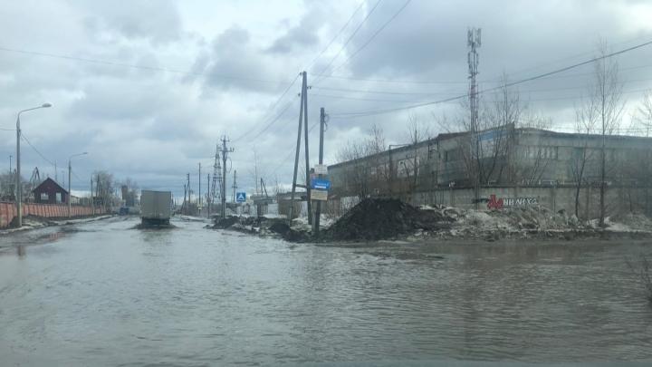 «Когда чинили — обещали решить»: в Перми после капремонта вновь затопило улицу Фоминскую