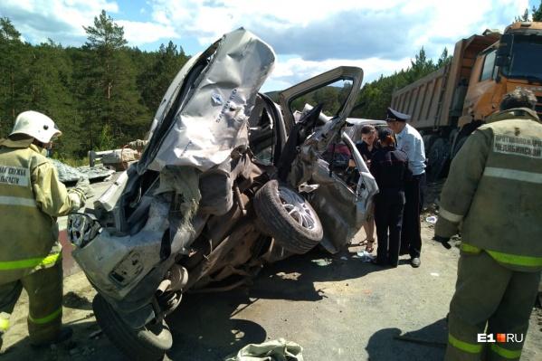 Первой под грузовик попала Lada, ее буквально сплющило