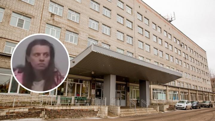 Мать с 4-летней дочкой, жившие в подъезде, сбежали из ярославской больницы. Их объявили в розыск