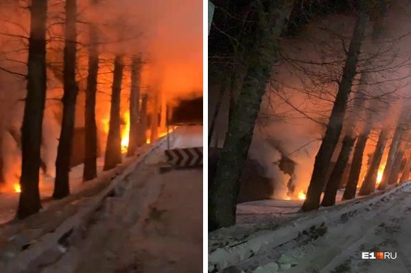 Жители поселка запечатлели горящие провода