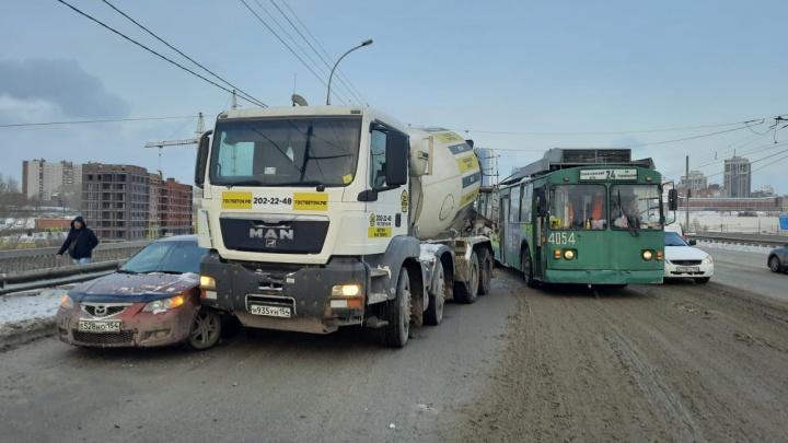 Авария с бетономешалкой парализовала движение на Димитровском мосту