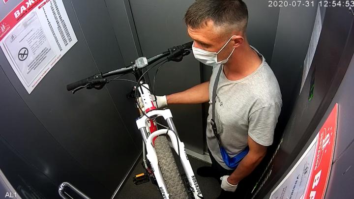В Екатеринбурге мужчина стащил велосипед из подъезда и попал на видео