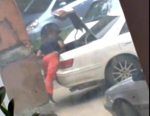 В Новосибирске на улице избили человека, запихали в багажник и увезли в неизвестном направлении