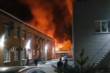 «Взрываются бочки с мазутом»: на улице Гагарина в Ярославле произошел крупный пожар