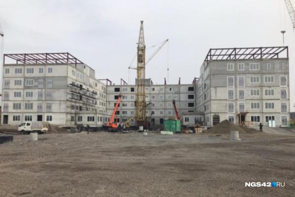 """Больницу должны были построить за <nobr class=""""_"""">6 месяцев</nobr>, но в итоге срок сдачи перенесли"""