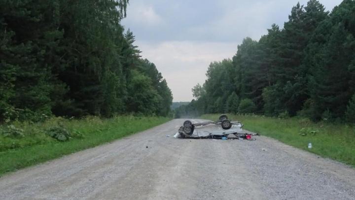 В Кузбассе пьяный водитель перевернул машину на трассе. Один человек погиб