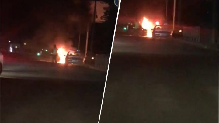 На Немировича-Данченко выгорела «Мазда»: очевидцы услышали взрывы и сняли пожар на видео