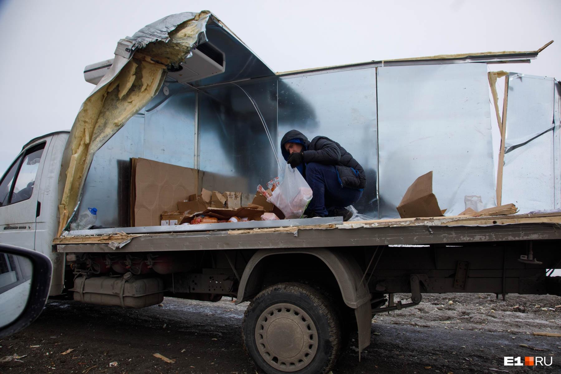 Пока мы снимали репортаж на аварийном участке трассы Екатеринбург — Курган, произошло очередное ДТП. Столкнулись две грузовые машины