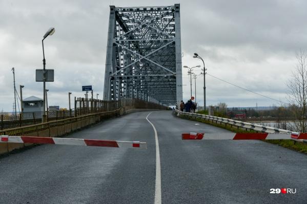 """В середине октября <a href=""""https://29.ru/text/transport/69502653/"""" target=""""_blank"""" class=""""_"""">мост не смогли открыть вовремя</a> — это заставило северян понервничать"""