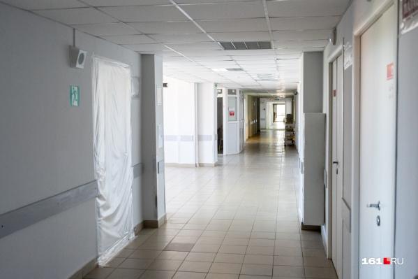 Обычные больницы начали превращаться в ковидные примерно год назад